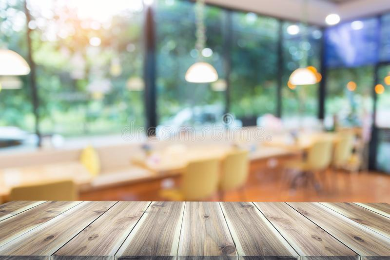 Mesa de madera con blur en cafetera o cafetería, fondo de restaurante fotos de archivo libres de regalías