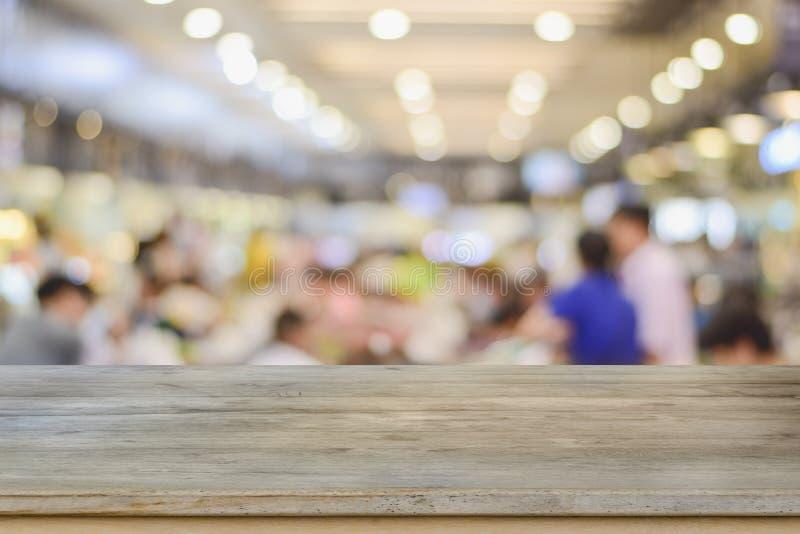 Mesa de madera con vistas al cliente desenfocado en el restaurante fondo desenfocado fondo restaurante fondo café blur café imagen de archivo libre de regalías