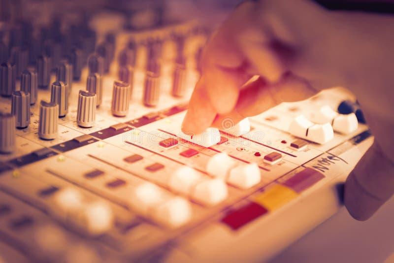 Mesa de mistura de controlo do estúdio de gravação sonora do coordenador ou do produtor da música fotografia de stock