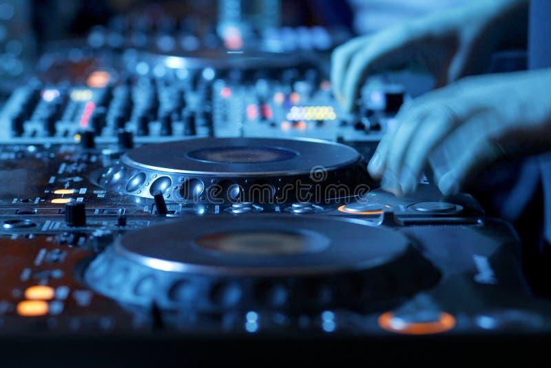 Mesa de mistura do DJ no clube nocturno fotografia de stock royalty free