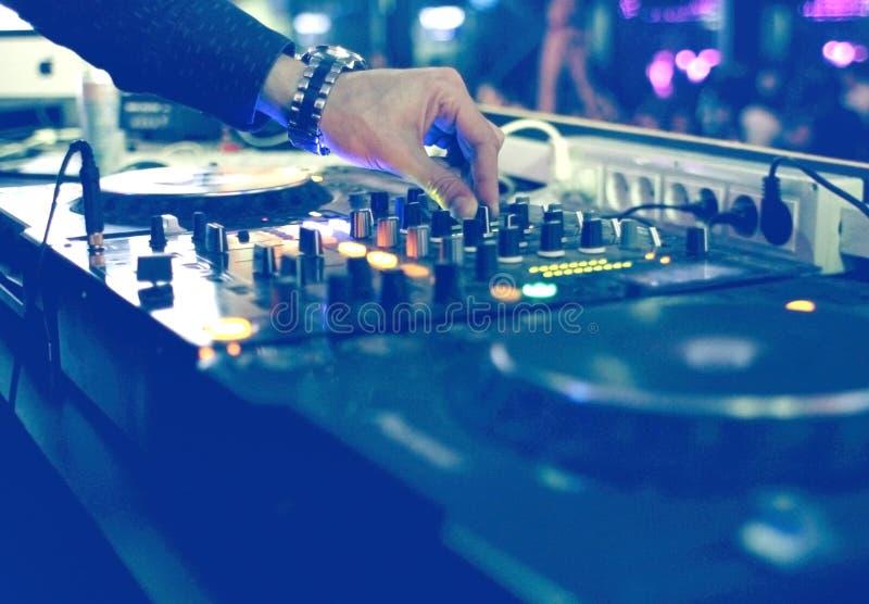 Mesa de mistura do DJ no partido imagens de stock