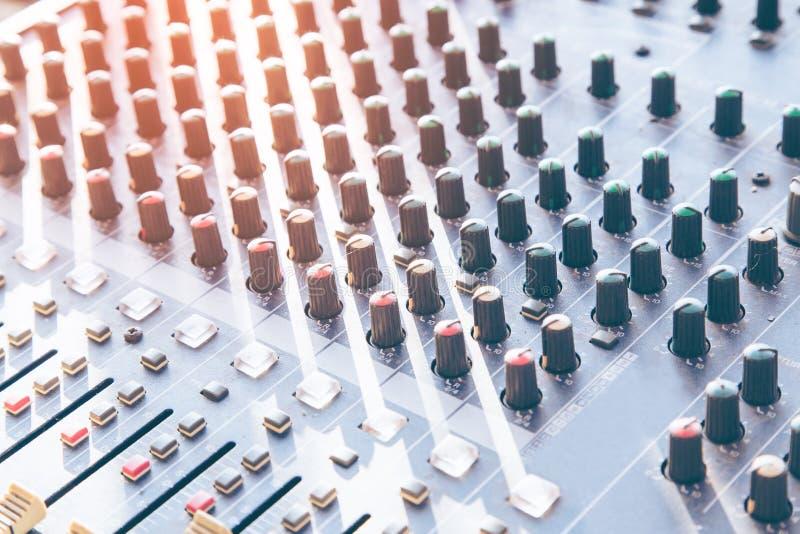 Mesa de mistura do estúdio de gravação sonora com coordenador ou produtor da música imagem de stock