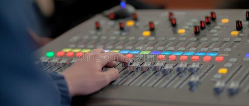 Mesa de mistura do estúdio de gravação sonora Painel de controle do misturador da música foto de stock