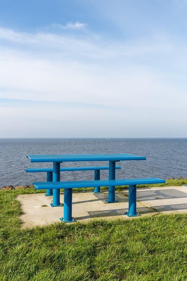 Mesa de picnic de acero en la costa holandesa fotografía de archivo libre de regalías