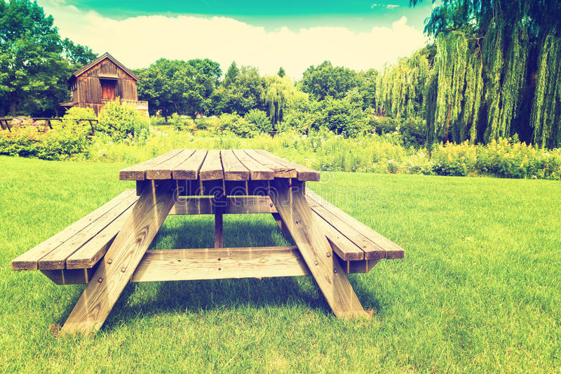 Mesa de picnic retra imágenes de archivo libres de regalías