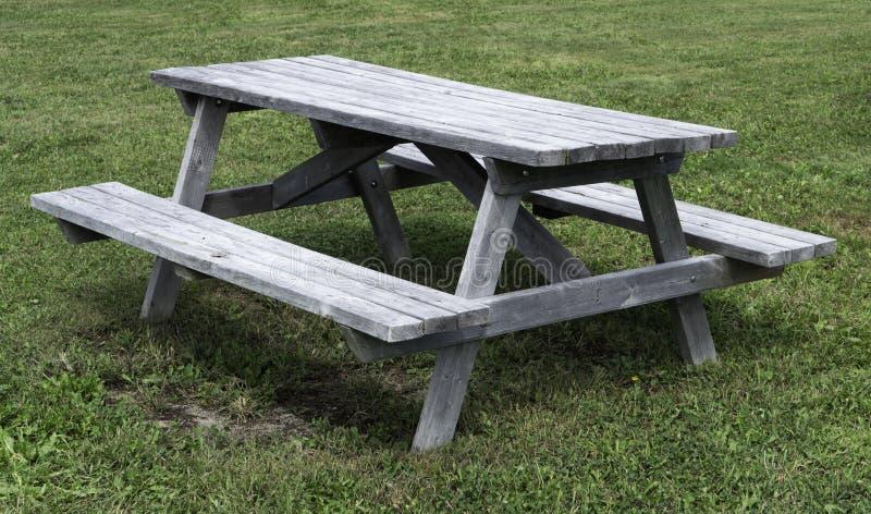 Mesa de picnic vacía en el parque imagen de archivo