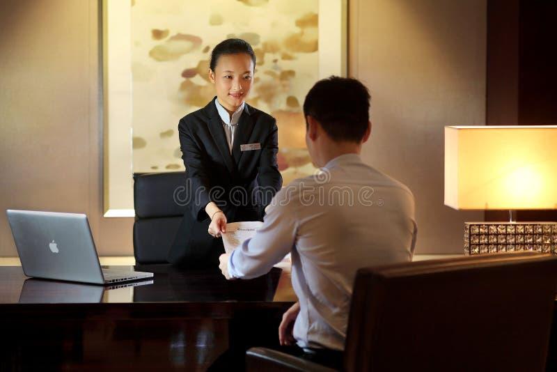 A mesa de recepção do hotel fotos de stock