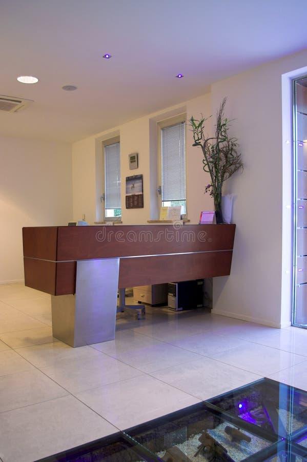Mesa de recepção do prédio de escritórios moderno fotos de stock