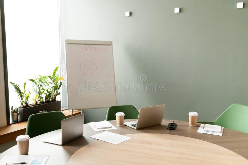 Mesa de reuniones con los ordenadores portátiles en sala de reunión de la oficina con nadie fotos de archivo libres de regalías