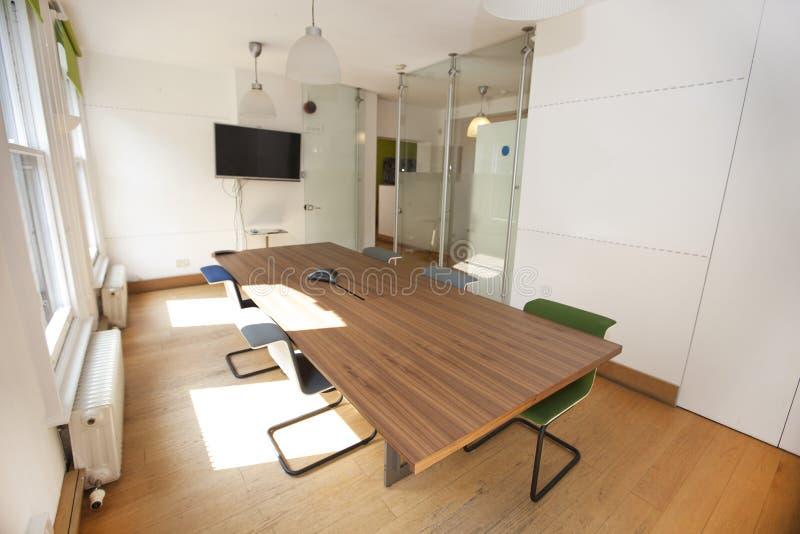 Mesa de reuniones y sillas en oficina imagenes de archivo