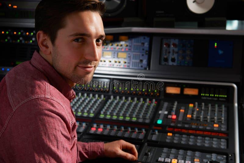 Mesa de Sitting At Mixing do coordenador no estúdio de gravação fotografia de stock royalty free