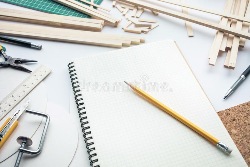 Mesa de trabajo con el material de madera de balsa Diy, proyecto de diseño, invención imagen de archivo libre de regalías
