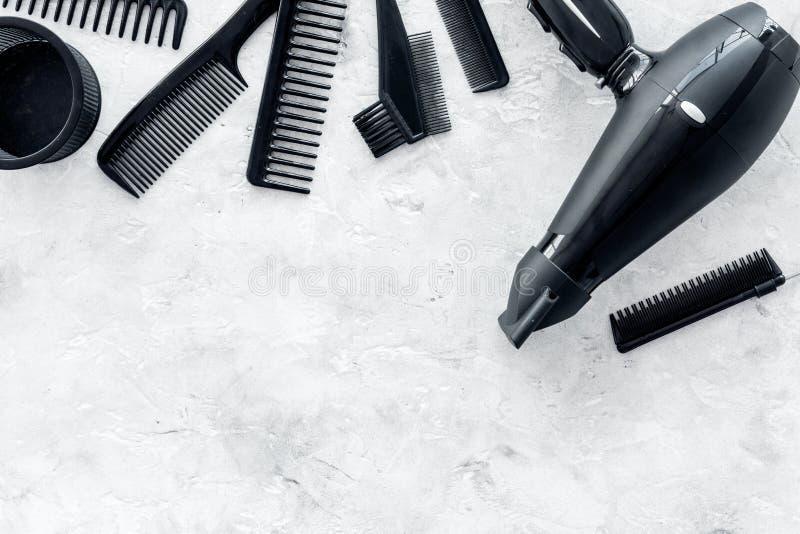 Mesa de trabalho do cabeleireiro com secador e ferramentas para o cabelo que denomina na zombaria de pedra cinzenta da opinião su fotografia de stock royalty free