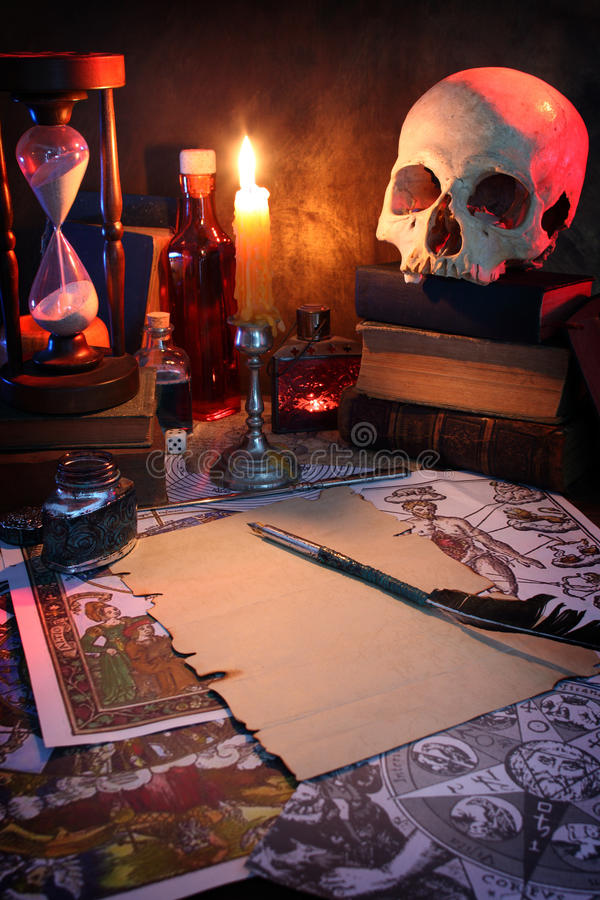A mesa de um alquimista fotografia de stock royalty free
