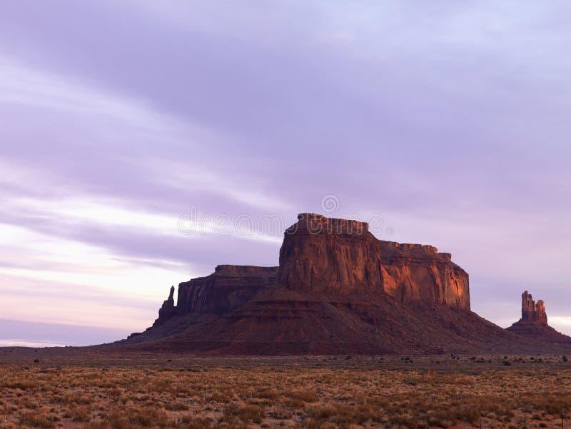 Mesa in de Vallei van het Monument bij Schemer royalty-vrije stock afbeeldingen