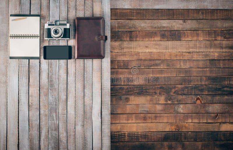 Mesa del grunge del vintage con la cámara fotos de archivo