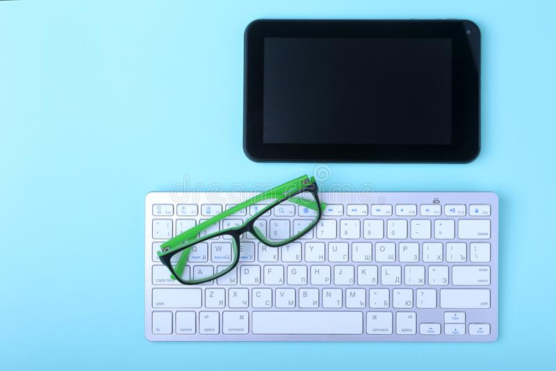 Mesa del negocio corporativo con el ordenador portátil, la tableta digital, los accesorios y el equipo del trabajo Foco selectivo imagen de archivo libre de regalías