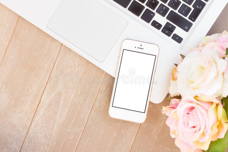 Mesa diseñada con el teléfono moderno imagen de archivo libre de regalías