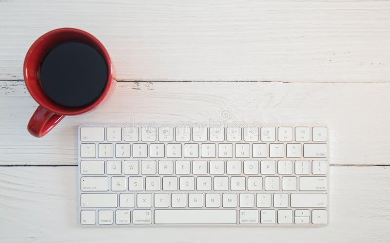 Mesa do computador com teclado sem fio foto de stock
