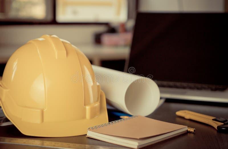 Mesa do coordenador das ferramentas de funcionamento com capacete imagens de stock