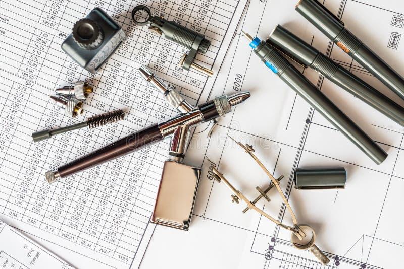 Mesa do desenho com as ferramentas para tirar fotografia de stock
