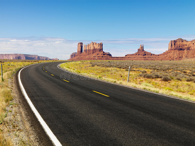 Mesa do deserto e estrada. imagens de stock royalty free