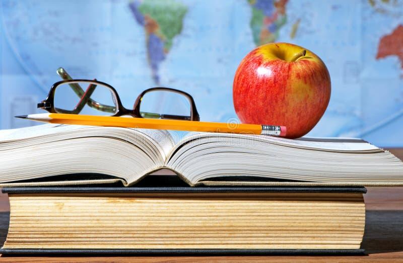 Mesa do estudo com Apple e livros fotos de stock royalty free