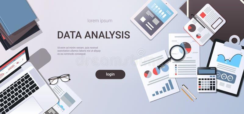A mesa do local de trabalho do conceito da análise de dados com documentos de papel da tabuleta do portátil da opinião de ângulo  ilustração royalty free