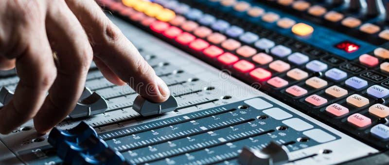 Mesa do misturador do estúdio de gravação sonora: produção profissional da música imagens de stock royalty free