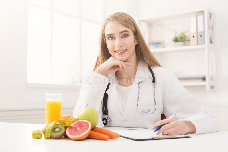 Mesa do nutricionista com fruto e a fita de medição fotos de stock