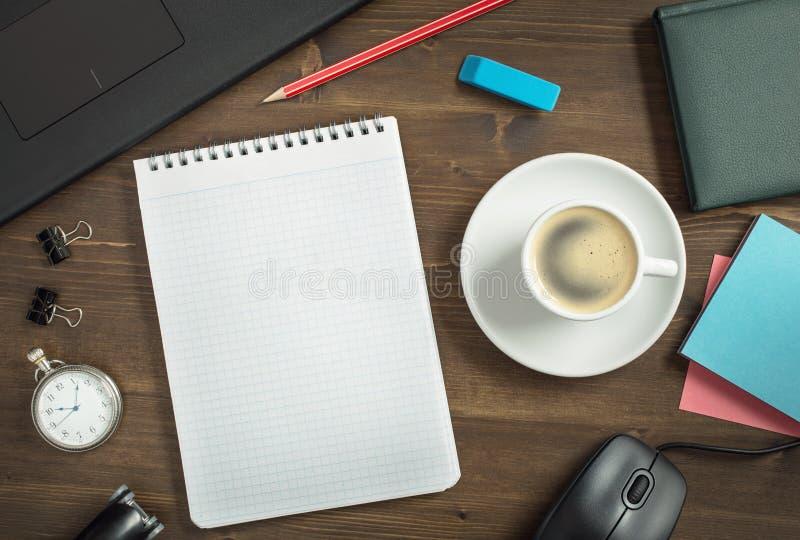 Mesa do trabalho com caderno e café abertos fotografia de stock royalty free