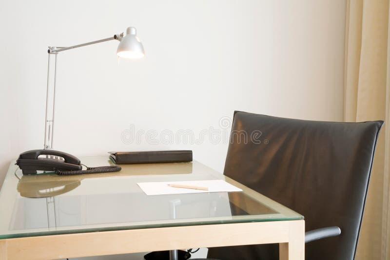 Mesa e cadeira de escritório fotos de stock