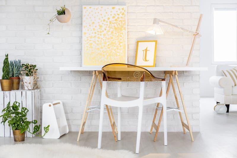 Mesa e cadeira de Minimalistic foto de stock royalty free