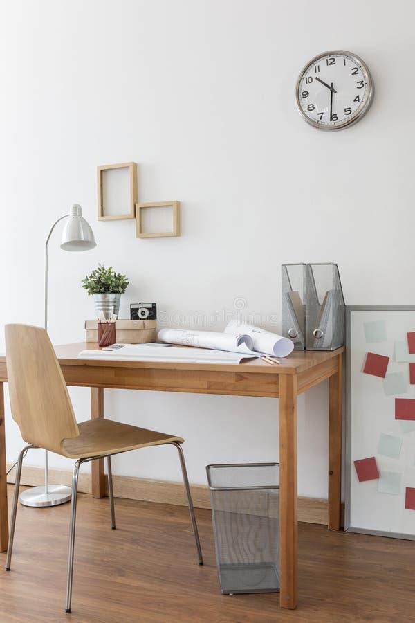 Mesa e cadeira no escritório domiciliário fotografia de stock