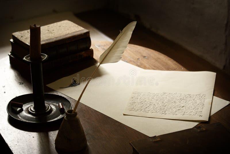 Mesa e letra de escrita foto de stock