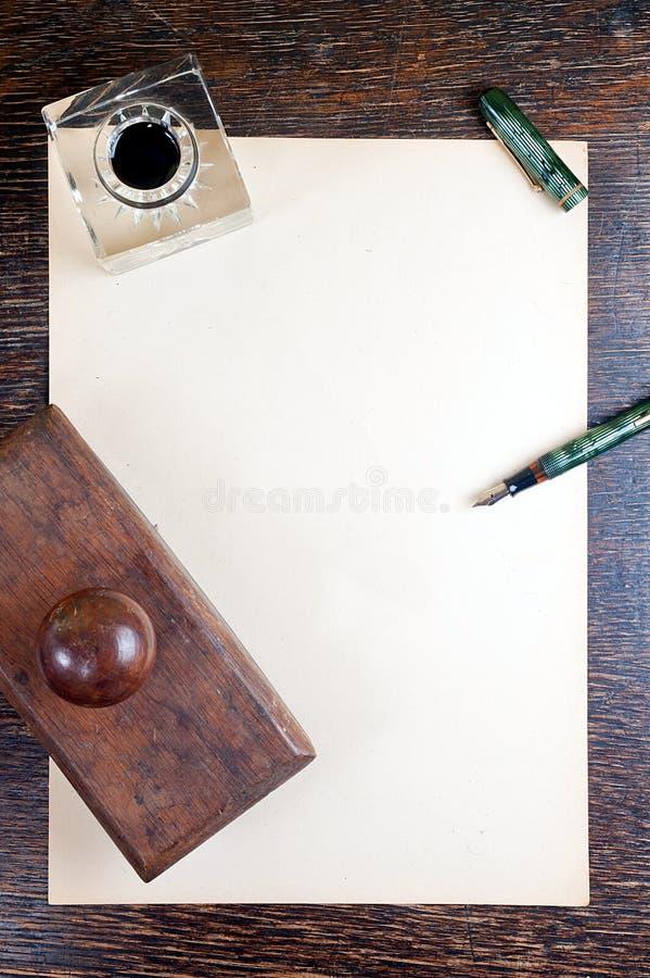 Mesa e papel do vintage foto de stock royalty free