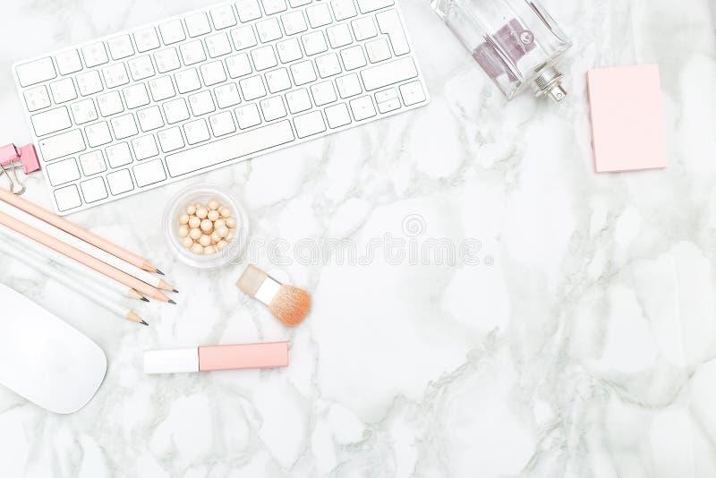 Mesa femenina con efectos de escritorio y perfume Copie el espacio fotos de archivo libres de regalías