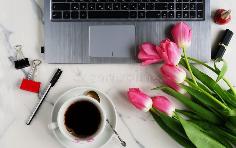 Mesa feminino da tabela do escritório fotografia de stock
