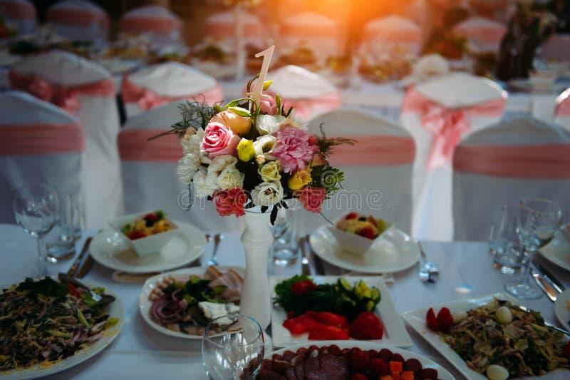 Mesa festiva servida, com diversos pratos, decorada com flores Banquet, jantar de gala, aniversário de casamento fotos de stock royalty free