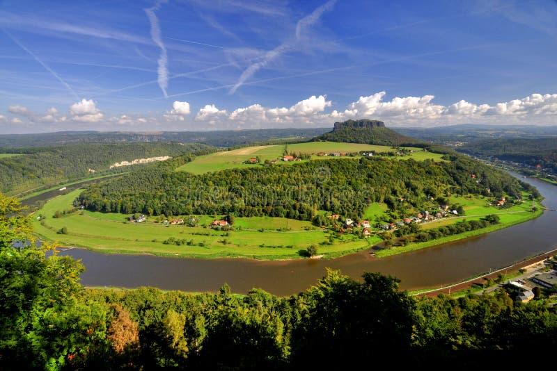 Mesa Lilienstein επάνω από τον ποταμό Elbe. στοκ εικόνες