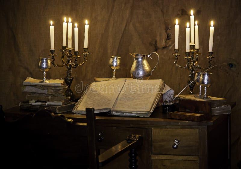 Mesa medieval velha com pena e livro fotografia de stock