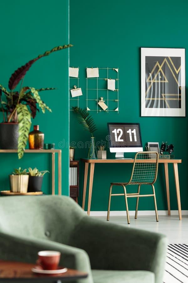 Mesa na sala de visitas à moda foto de stock