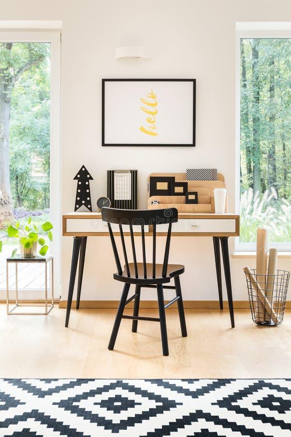 Mesa no escritório domiciliário à moda fotos de stock royalty free