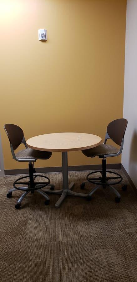 Mesa pequeña y dos sillas fotos de archivo