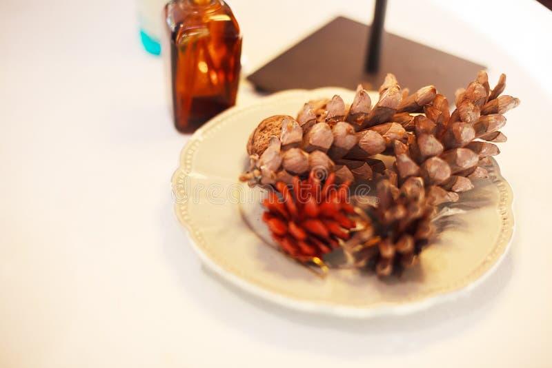 A mesa que decora com cor secada tingiu cones do pinho Ofícios de DIY, design de interiores da casa, decoração, sala de visitas,  imagem de stock
