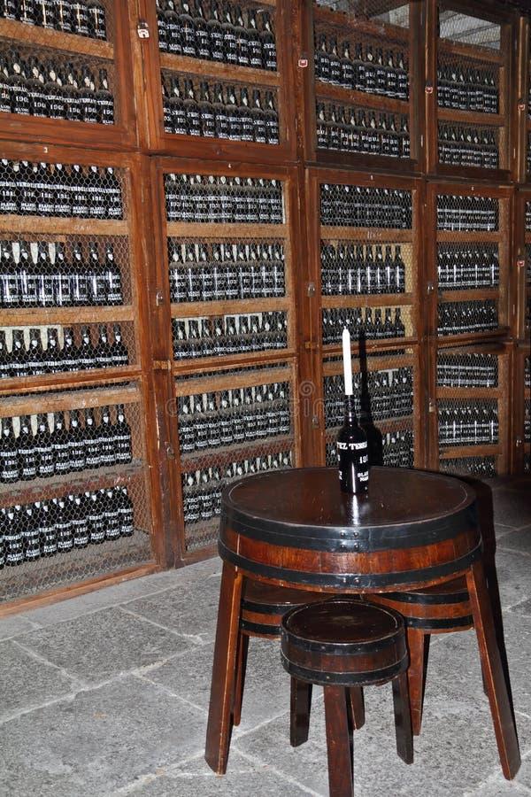 Mesa redonda con una botella, que es la vela fotos de archivo libres de regalías