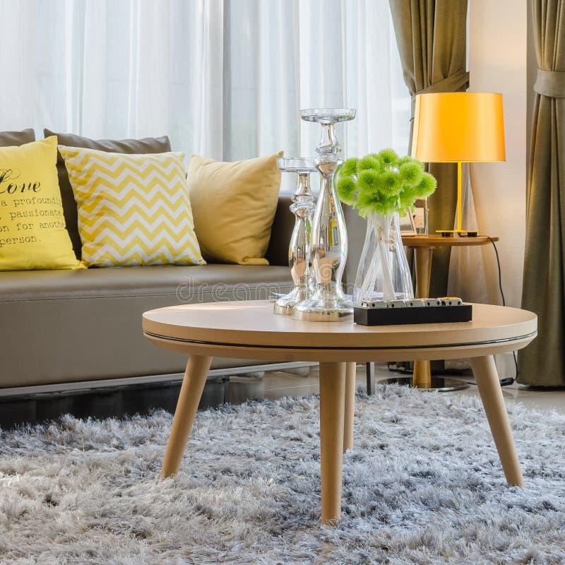 Mesa redonda de madera en la alfombra en sala de estar foto de archivo libre de regalías