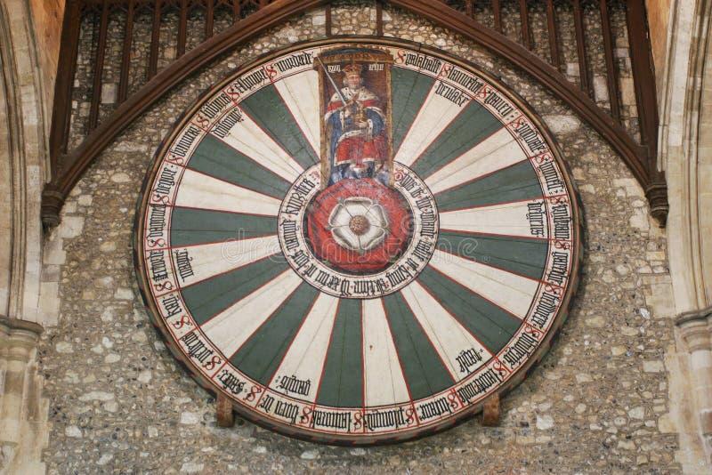 Mesa redonda do rei Arthur na parede do templo em Winchester Reino Unido fotos de stock