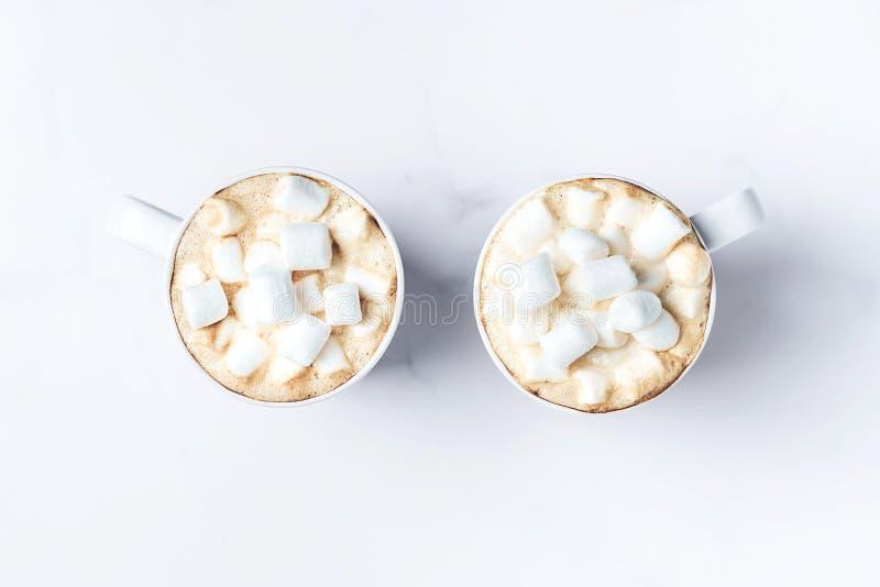 Mesa rom?ntica con dos tazas de caf? con las melcochas en la tabla de m?rmol Visi?n superior imágenes de archivo libres de regalías
