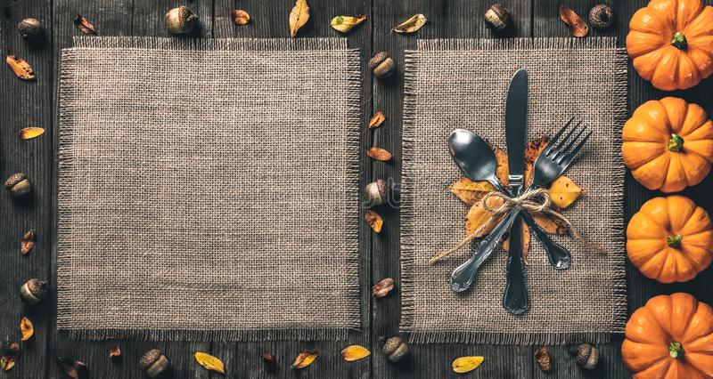 Mesa Rustic de Ação de Graças com Silverware imagens de stock